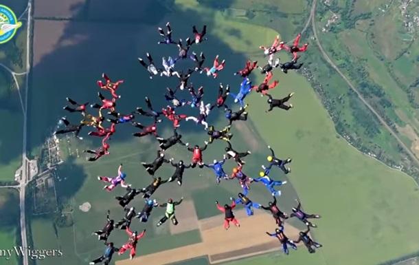 В Украине женщины-парашютистки установили мировой рекорд
