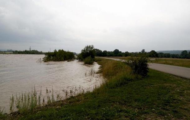 Негода в Карпатах: річки руйнують мости та дамби