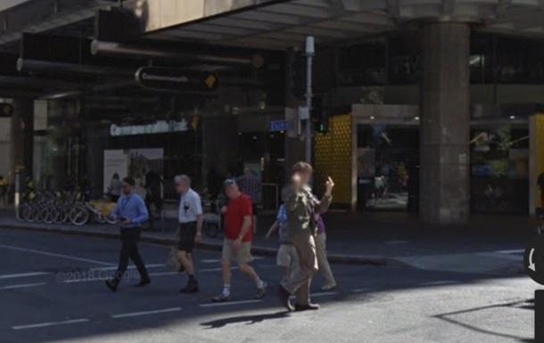 Google показав австралійця, який переслідував камеру із середнім пальцем