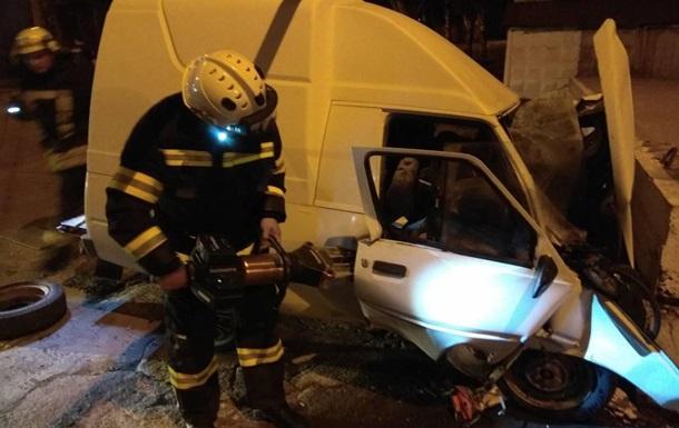 Авто влетіло у відбійник у Маріуполі: двоє загиблих