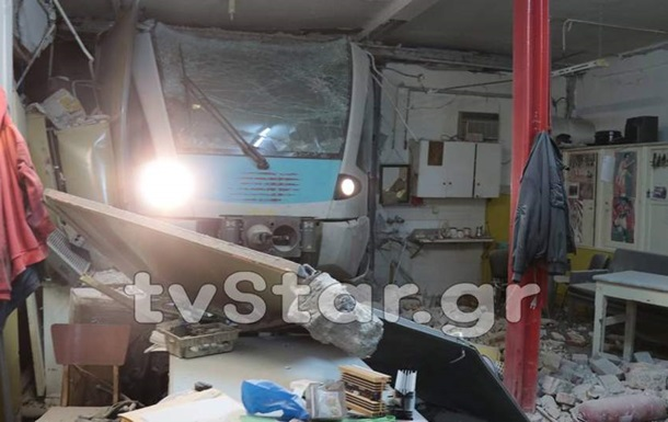 У Греції потяг врізався в залізничну станцію