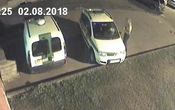 У Ризі напівголий чоловік із сокирою напав на авто поліції