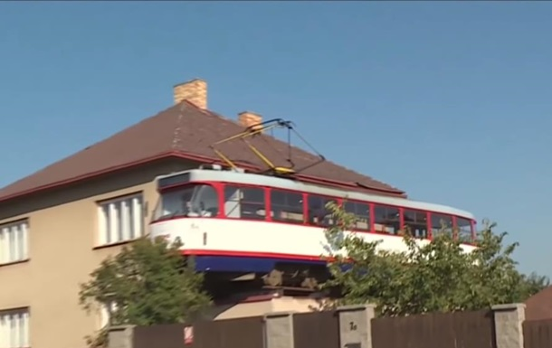 В Чехии на крыше гаража установили трамвай