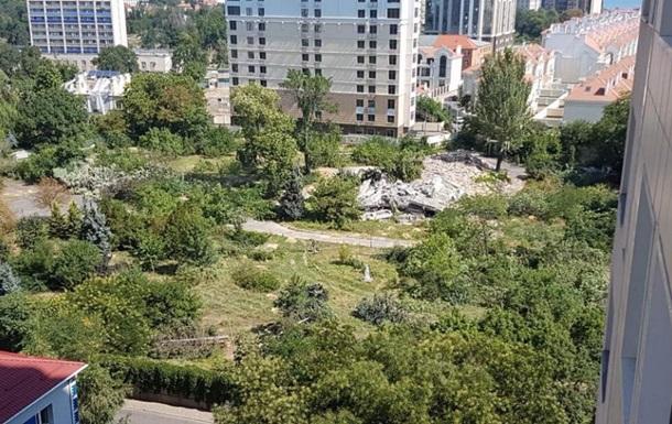 В Одесі невідомі спиляли десятки дерев
