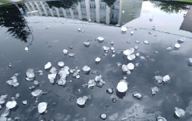У Львівській області випав град