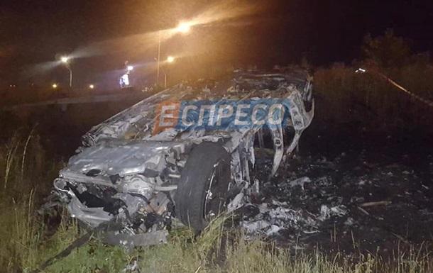 У Києві злетів з дороги і загорівся Mercedes, водій загинув