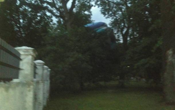 У Знам янці повітряна куля з людьми застрягла на дереві