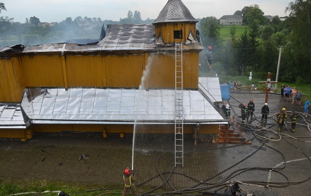На Львівщині під час пожежі впали куполи церкви