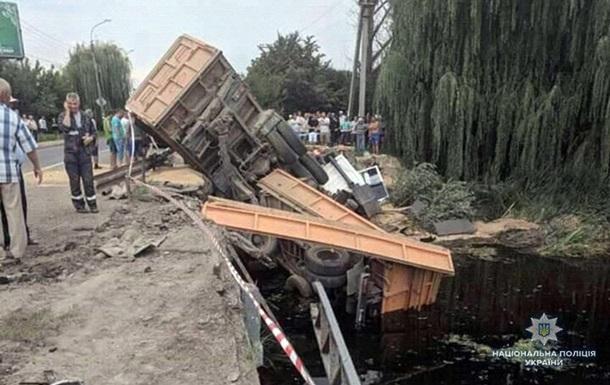 У Хмельницькій області вантажівка з зерном впала з моста