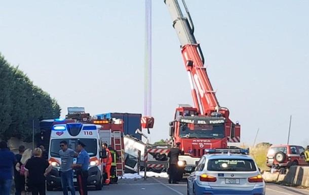 В Італії перекинувся автобус з робітниками: 12 жертв