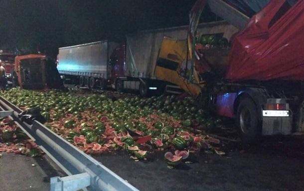 Під Вінницею зіткнулися три вантажівки: загинув іноземець