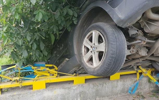 Во Львове автомобиль пробил ограждение моста и завис на задних колесах
