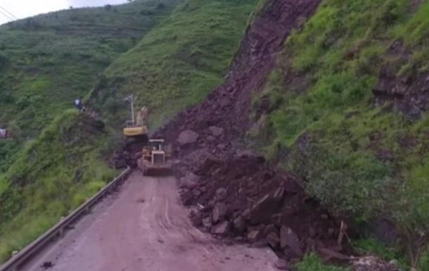 У Китаї на дорогу завалився гігантський пагорб