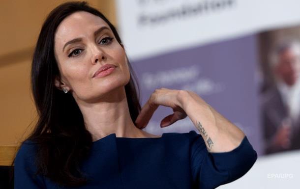 Джоли намерена добиться алиментов от Питта в суде