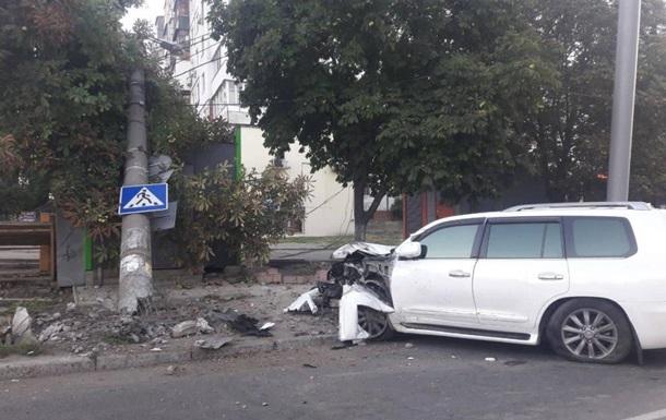 В Одесі Lexus протаранив електроопору і МАФ