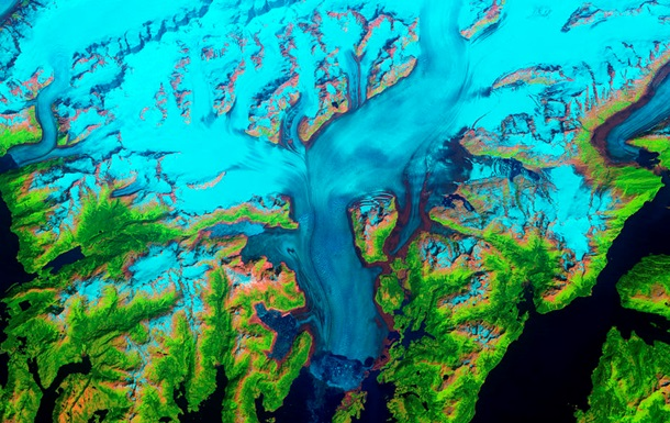NASA показало красочный снимок ледника на Аляске