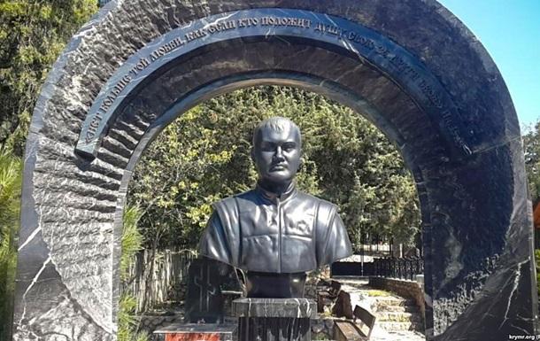 На могиле сына Януковича в Крыму появился памятник