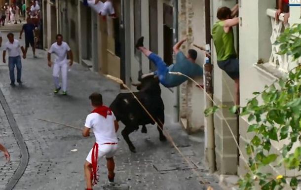 Нападение быка на мужчину сняли на видео