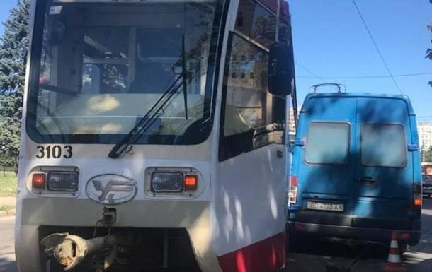 У Харкові трамвай зійшов з рейок і врізався в мікроавтобус