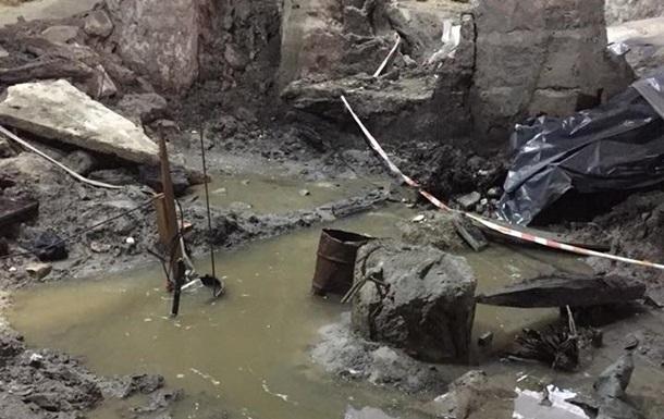 У Києві через прорив труби затопило розкопки на Подолі