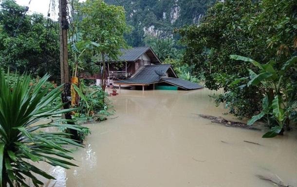 В Таиланде из-за шторма эвакуируют туристов