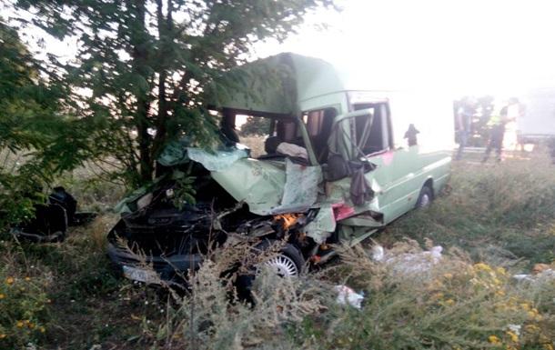 Под Одессой маршрутка врезалась в фуру: водитель погиб, семь пострадавших