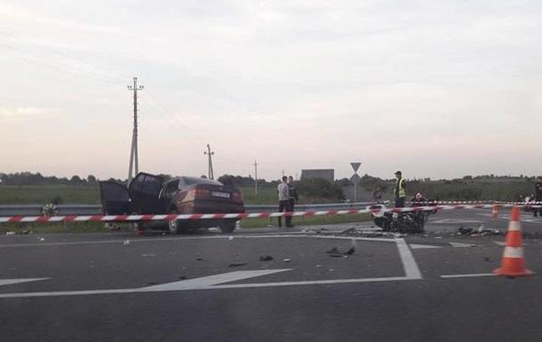 Під Львовом мотоцикліст врізався в Volkswagen, є жертви
