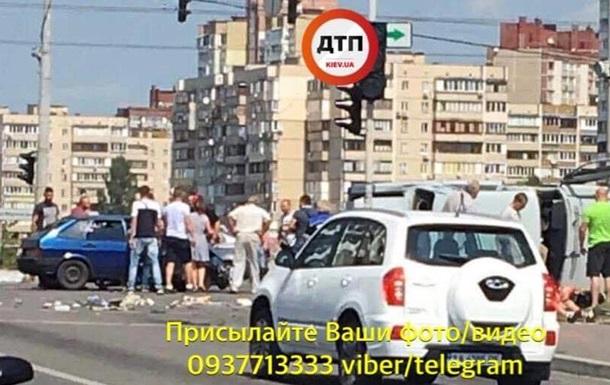 ДТП у Києві: автомобіль відкинуло на перехожих