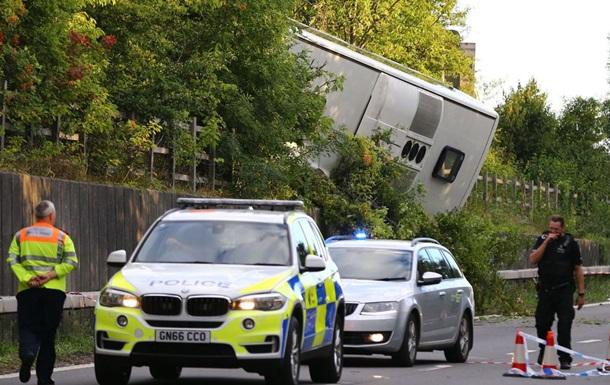 В Британии на ходу перевернулся автобус: десятки пострадавших
