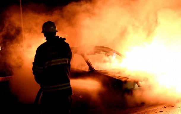 У Швеції молодики в масках підпалили десятки автомобілів