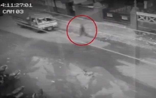 На Филиппинах камера сняла  призрак пешехода