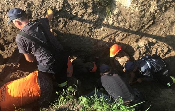 Під Києвом робітників засипало землею, є жертви