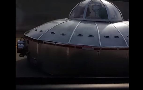 Американец снял на дороге  летающую тарелку