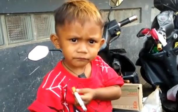 В Індонезії дворічний малюк курить 40 сигарет на день