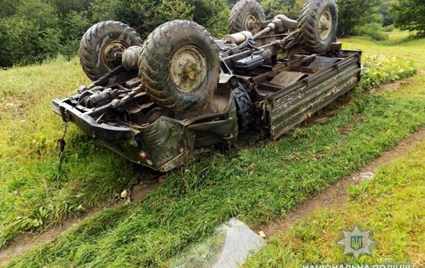 На Закарпатті перекинулася вантажівка, водій загинув