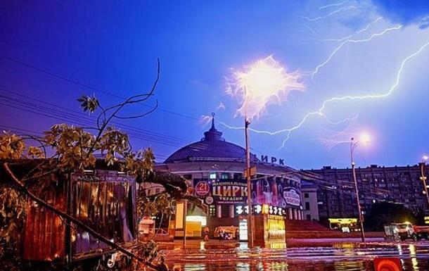 Наслідки від негоди в Києві: гроза і буря