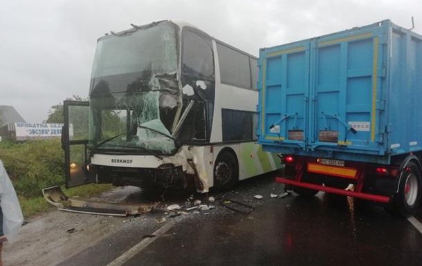 На трасі Київ-Чоп автобус з туристами потрапив у ДТП