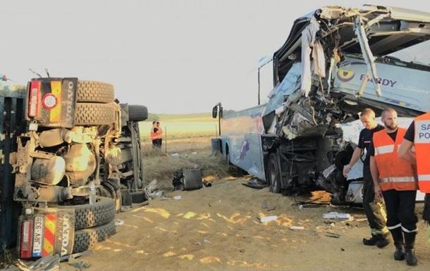 У Франції вантажівка врізалася в автобус з дітьми, є постраждалі