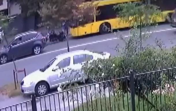 З явилося відео, як байкер почав стріляти у водія автобуса в Києві