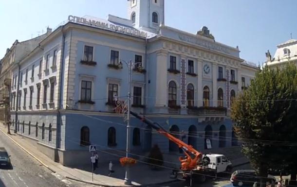 В Черновцах депутат проник в мэрию через окно
