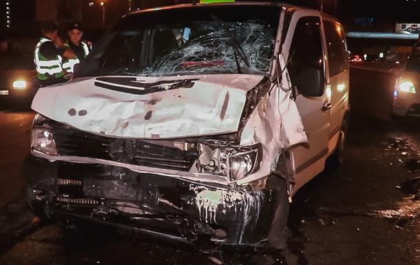 В ДТП возле станции метро Осокорки в Киеве погиб один человек, еще восемь пострадали