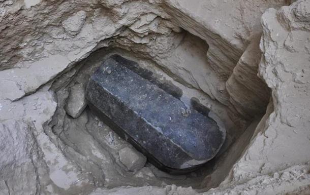 Ждали Македонского. Кто лежит в черном саркофаге