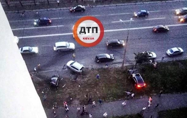 У Києві лихач на великій швидкості зніс три авто