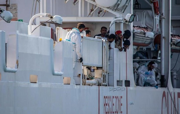 Судно Diciotti з понад 170 врятованими в морі зайшло в порт на Сицилії