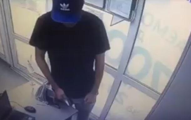В Киеве мужчина с ножом напал на кредитное учреждение