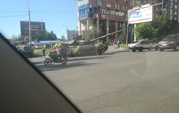В центре Киева заглох танк, который ехал на репетицию парада