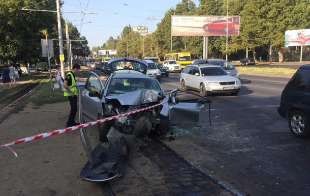 В Одесі автомобіль влетів у стовп, є жертви