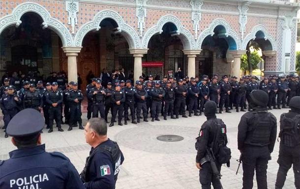 У Мексиці 200 поліцейських усунули через зв язки зі злочинністю