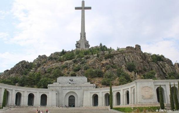 Уряд Іспанії вирішив перепоховати останки диктатора Франко