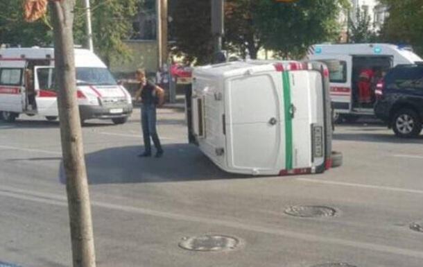 У центрі Києва перекинувся фургон інкасаторів